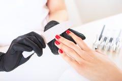 Salone di bellezza, cura della mano Primo piano Il processo di preoccuparsi per le mani fotografia stock