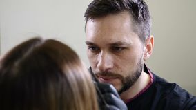 Salone di bellezza Estetista maschio in guanti neri che applicano l'eye-liner del sopracciglio prima della procedura permanente d video d archivio