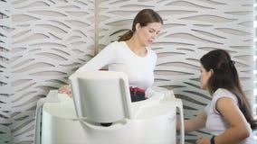 Salone di bellezza Figura correzione dell'hardware Cosmetologia a macchina Donna sulla procedura di myostimulation programma dell video d archivio