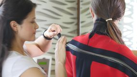 Salone di bellezza Figura correzione dell'hardware Cosmetologia a macchina Donna sulla procedura di myostimulation programma dell stock footage