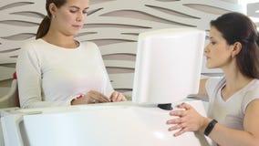 Salone di bellezza Figura correzione dell'hardware Cosmetologia a macchina Donna sulla procedura di myostimulation programma dell archivi video