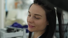 Salone di bellezza, giovane donna che fa le procedure del parrucchiere in parrucchiere