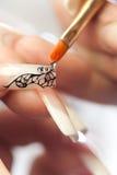 Salone di bellezza: incollatura dei cristalli sul chiodo Fotografia Stock
