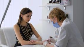 Salone di bellezza Manicure professionale per una bella ragazza Il castana video d archivio