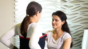 Salone di bellezza una donna che indossa un vestito di vuoto le Anti-celluliti programmano per dimagrire Stimolazione del muscolo archivi video