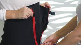Salone di bellezza una donna che indossa un vestito di vuoto le Anti-celluliti programmano per dimagrire Stimolazione del muscolo video d archivio