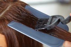 Salone di capelli. Applicazione dei cosmetici. fotografie stock