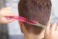 Salone di capelli Taglio di capelli dell'uomo taglio immagini stock
