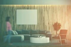 Salone di legno, sofà grigio, manifesto tonificato Fotografia Stock Libera da Diritti