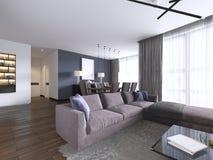 Salone elegante riempito di gabinetti incorporati, di sofà d'angolo viola, sofà molle che affronta due tavole e pareti basse dell royalty illustrazione gratis