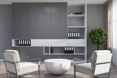 Salone grigio, poltrone bianche Fotografia Stock Libera da Diritti