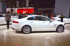 Salone internazionale dell'automobile di Mosca di Jaguar XF del cabriolet bianco di lustro Immagine Stock