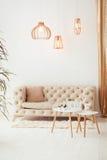 Salone interno con un sofà, una tavola, una lampada di pavimento e una finestra panoramica Belle azione di architettura del salon immagini stock