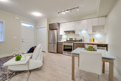 Salone luminoso con la cucina e una tavola di cena Immagine Stock Libera da Diritti