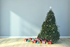 Salone luminoso moderno dell'appartamento degli interni con il tre di Natale Fotografia Stock Libera da Diritti