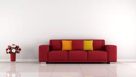 Salone minimalista con il sofà rosso Fotografie Stock Libere da Diritti