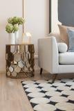 salone moderno con l'insieme dei cuscini sul sofà immagini stock libere da diritti