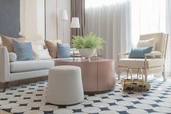 salone moderno con l'insieme dei cuscini sul sofà immagine stock