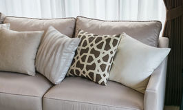 Salone moderno con la fila dei cuscini sul sofà Immagine Stock