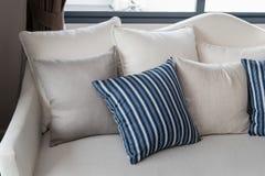 Salone moderno con la fila dei cuscini sul sofà Fotografia Stock