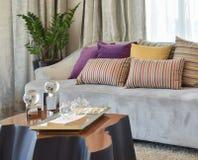 Salone moderno con la fila dei cuscini variopinti sul sofà Fotografie Stock Libere da Diritti