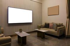 Salone moderno di lusso con mobilia, lo schermo in bianco TV e la cornice, decorazione del sofà alla notte Interior design domest immagine stock libera da diritti