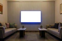 Salone moderno di lusso con mobilia, schermo in bianco TV, decorazione del sofà alla notte Fondo domestico di interior design fotografia stock