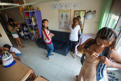Salone tailandese locale di massaggio degli impiegati di donne Immagini Stock Libere da Diritti