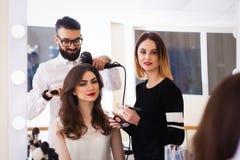 Salone, trucco e designazione di bellezza nel salone, nei parrucchieri e nel truccatore, Fotografie Stock Libere da Diritti
