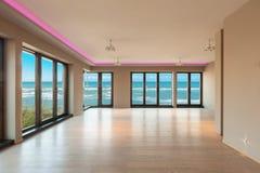 Salone in un appartamento moderno, vista del mare fotografie stock