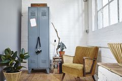 Salone urbano verde in mobilia industriale dell'annata del sottotetto Fotografia Stock
