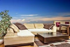 Salone vuoto con il sofà angolare o d'angolo e la tavola bassa Immagini Stock