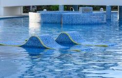 Salones de la calesa en agua Piscina al aire libre en México Foto de archivo