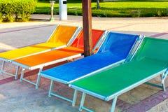 Salones de madera coloridos de la calesa en piscina Imagen de archivo
