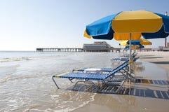 Salones y paraguas en Daytona Beach fotos de archivo libres de regalías