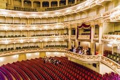 Salong av den berömda Semper operan i Dresden Arkivbild