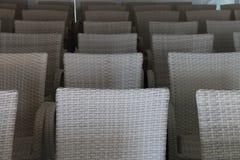 Salong med tomma vita stolar Arkivfoton