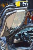 Salongen BMW i8 för bilen för roderpremiärMoskva den internationella lyftte dörren Arkivfoton