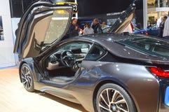 Salongen BMW i8 för bilen för premiärMoskva lyftte den internationella dörrdelen Royaltyfri Foto