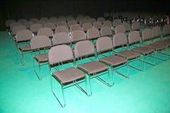 Salongrader av röda stolar Arkivbild