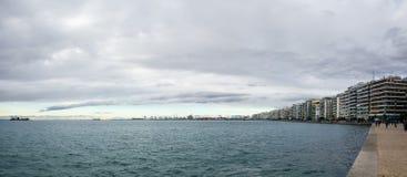 Salonicco, Grecia - 17 dicembre 2017 - il lungomare di Salonicco sotto un cielo nuvoloso Fotografia Stock Libera da Diritti