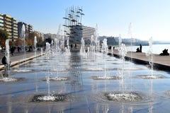 Salonicco, Grecia - 28 dicembre 2015: Innaffi la spruzzatura nella fontana piccola famosa nel lungonmare di Salonicco fotografia stock