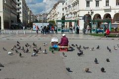SALONICCO, GRECIA - 29 MAGGIO 2017: Quadrato famoso di Aristotelous a Salonicco, Grecia Donna che vende i semi per i piccioni fotografie stock libere da diritti