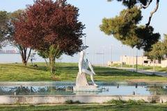 SALONIKI, Grecja, Ornamentacyjna fontanna i rzeźba naga kobieta w Saloniki parkowy północny Grecja, obraz royalty free