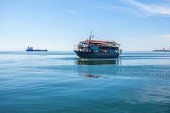 10 03 2018 Saloniki, Grecja - statek wycieczkowy dla zwiedzać dalej Obrazy Royalty Free