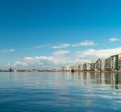Saloniki, Greece 11 2019 Kwiecień/: strzał plaża Thessaloniki port budynki i słońce robi dnia perf fotografia royalty free