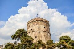 Saloniki, Griechenland Weißer Turm auf Hintergrund des blauen Himmels Stockfotografie