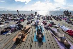 Saloniki joga otwarty dzień Ludzie zbierający wykonywać joga trai Zdjęcie Royalty Free