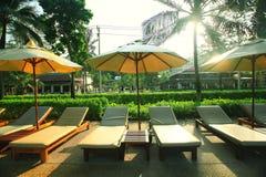 Salons et paume dans la station de vacances tropicale Image stock