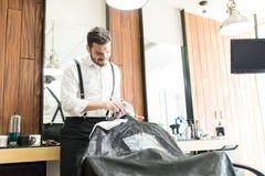 Salonu pracownik Używa żyletkę Golić klienta ` s twarz obraz stock